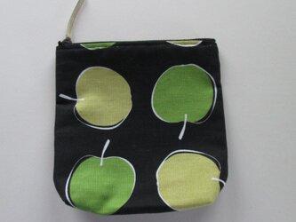 緑とベージュンのリンゴのポーチの画像