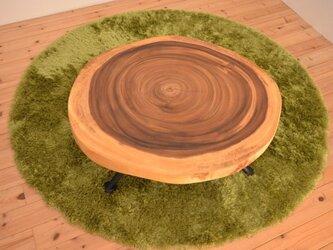 コンパクトなサイズのモンキーポッド一枚板輪切りのリビングテーブルの画像