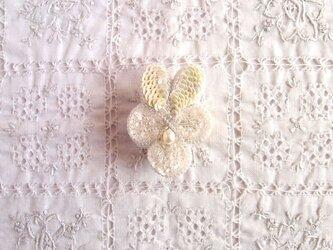ちいさな白いビオラのブローチ クリスタルホワイトの画像