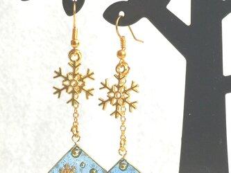 輝く冬の青 キラキラ雪の結晶ピアス / イヤリングの画像