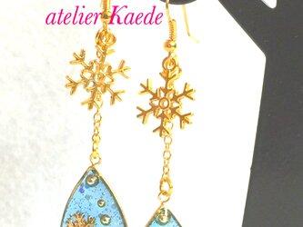 輝く冬の青 キラキラ雪の結晶のドロップピアス / イヤリングの画像