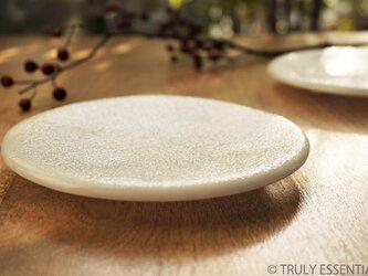 純白ガラスの丸皿 -「 KAZEの肌 」●丸皿・絹目調 (14cm)の画像