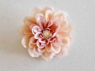 ダリアの布花コサージュ‐ピンクベージュの画像
