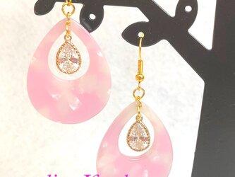 しずく型のべっ甲風ピアス / イヤリング - ピンクの画像