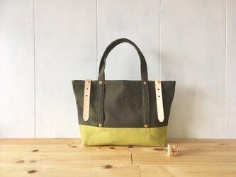 カーキ色と若草色の鞄の画像