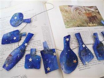 青いボトルのガーランドの画像