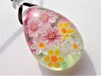 《桜とスイセンとうさぎ》 ペンダント ガラス とんぼ玉 花 春 桜の画像