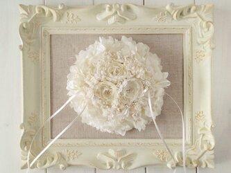 染め花のプリムラとプリザのリングピロー(ラウンド小・オフホワイト)の画像