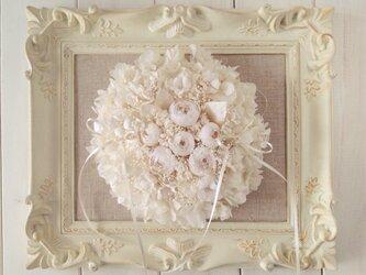 染め花のバラとプリザのリングピロー(ラウンド大・オフホワイト)の画像