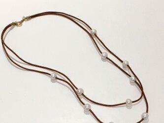 ブラウン革紐とポテトパールの二連ネックレスの画像