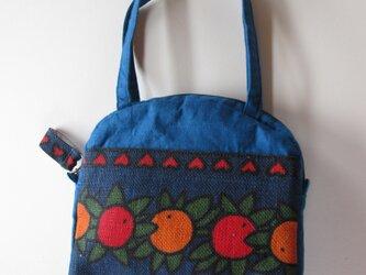 オレンジと赤い実のミニバッグの画像