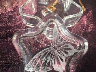 蝶の小物入れ ( 星形 )〜手彫りガラス〜の画像