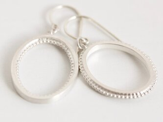 Oval missmatch earringsの画像