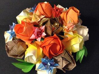 バラのアレンジメントオレンジ系(中心がゴールド、英字柄のバラ入り)の画像