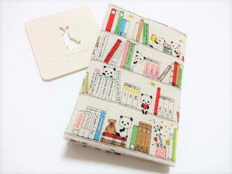 読書を楽しむパンダさん(文庫本用)ブックカバーの画像