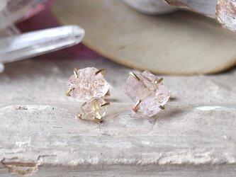 原石のモルガナイトとダイヤモンドクォーツのピアスの画像