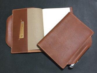 筒状ペンホルダーのA5手帳 ノート付 ヌメ床革 ブラウン系 レザー 手帳 ブックカバーの画像