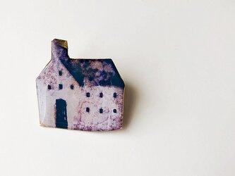 窓のある家のブローチの画像