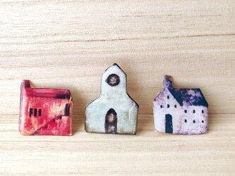 とんがり屋根の教会のブローチの画像