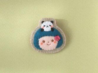 パンダと女の子ブローチの画像