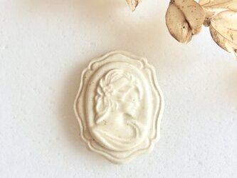 Cameo 生成り : 陶器 : ブローチ/帯留の画像