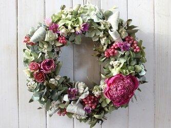 芍薬とピンクのバラのリースの画像