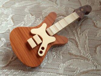 エレキギターのブローチ(本体いちい材)の画像