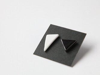 アシンメトリーイヤリング さんかく 白×黒の画像