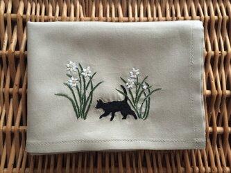 ハンカチ  水仙と猫の手刺しゅうの画像