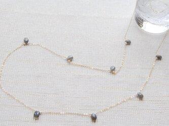 宝石質ラブラドライトと小さいパールのロングネックレス(14kgf)の画像
