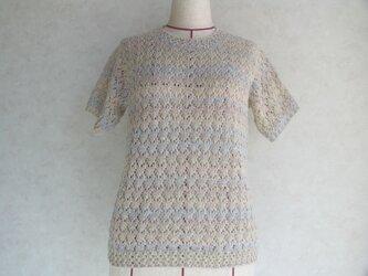 淡い色の半袖セーターの画像