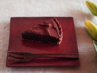 チョコレート色の板皿の画像