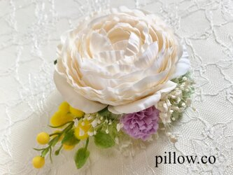 ラナンキュラスとミモザの花束コサージュの画像