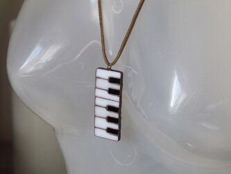 鍵盤 (けんばん) ネックレス金具付きブローチの画像