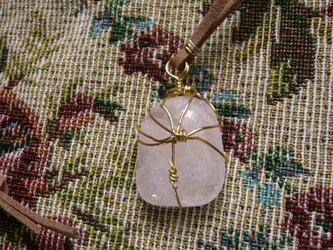 ローズクォーツのネックレス〈守り石〉ワイヤーラッピングの画像