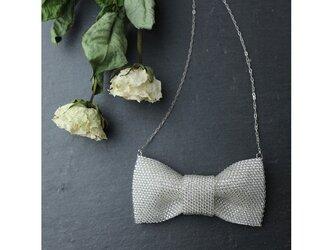 白いビーズで編んだリボンのネックレスの画像