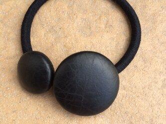 本革くるみボタンのヘアゴム 黒と黒の画像