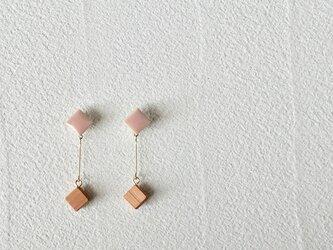 """タイルとサクラ""""pin""""  珊瑚 イヤリング の画像"""