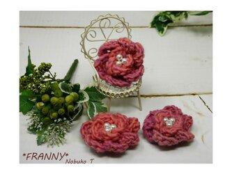 ふっくら毛糸のミニバラコサージュ(ピンク)の画像