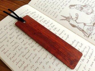 赤が素敵なカリン(花梨)の木製しおりの画像