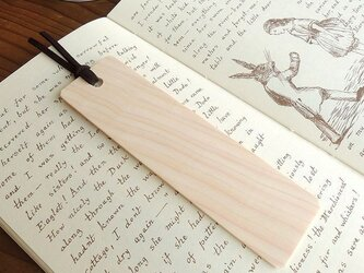 白さが魅力のヒノキの木製しおりの画像