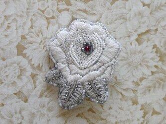 薔薇*白銀 刺繍ブローチの画像