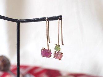 原石のピンクトルマリンとグリーンガーネットのフックピアスの画像