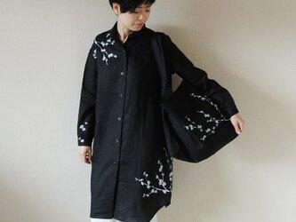 リネン・ロングシャツ黒<白梅>の画像