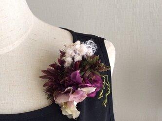 布花 ガーベラとビオラコサージュの画像
