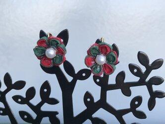 クリスマスカラーの洋風つまみ細工のイヤリングの画像