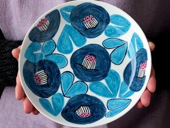 ネイビーブルーの椿の深皿の画像