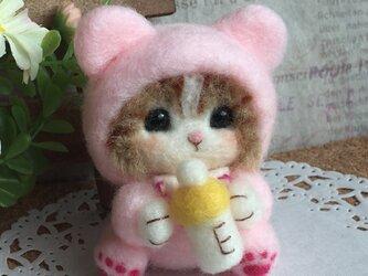 羊毛フェルト にゃんこ 赤ちゃん ピンクのカバーオールの画像