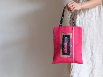 ピンク帯の手提げ袋の画像