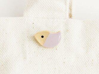 木の鳥ブローチ(パステルすみれ)の画像